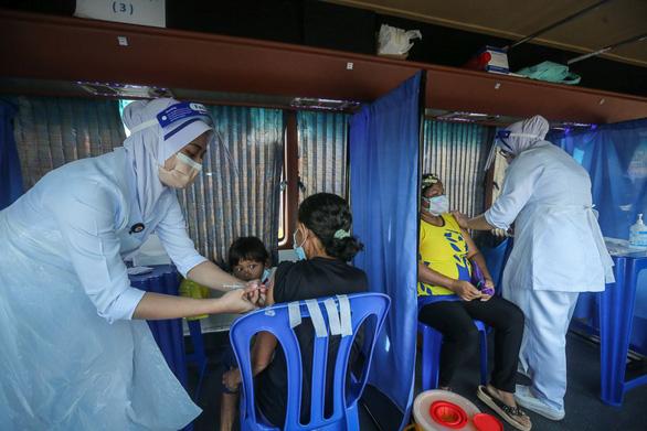 Bệnh viện Thái mua thêm container đông lạnh giữ xác, Lào có số ca COVID-19 kỷ lục - Ảnh 1.