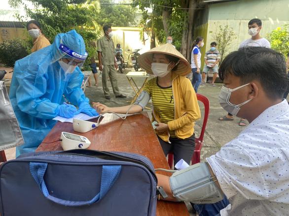 TP Thủ Đức tiêm vắc xin cho người dân ở khu phong tỏa - Ảnh 1.