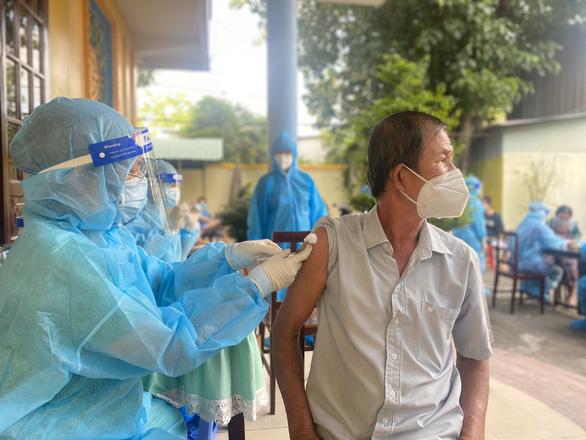 TP Thủ Đức tiêm vắc xin cho người dân ở khu phong tỏa - Ảnh 3.