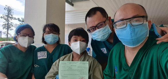 Thêm 10 bệnh nhân nặng ở Bệnh viện hồi sức COVID-19 được xuất viện - Ảnh 1.