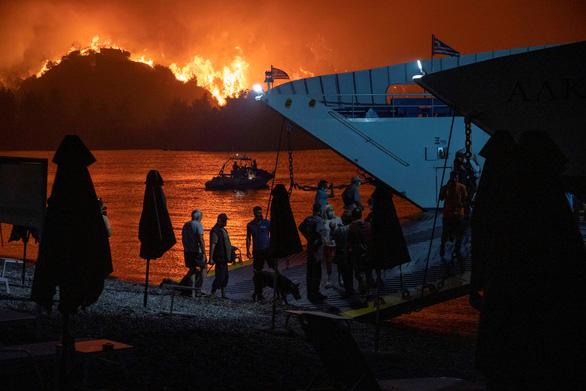 Thủ tướng Hy Lạp xin lỗi vì để cháy rừng như 'ngày tận thế' - Ảnh 3.