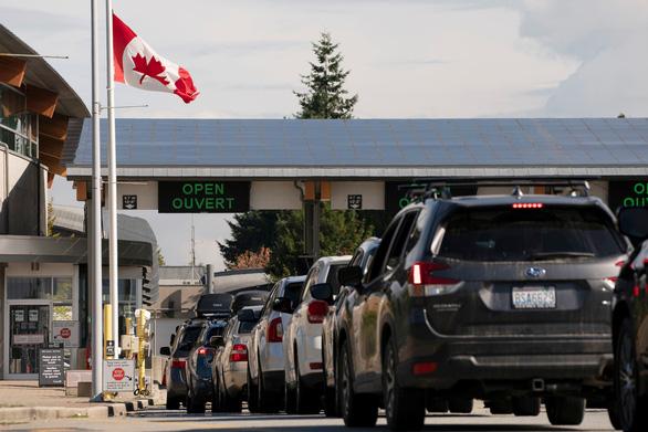 Canada và Mỹ nối lại đường biên giới, du khách xếp hàng dài chờ qua cửa khẩu
