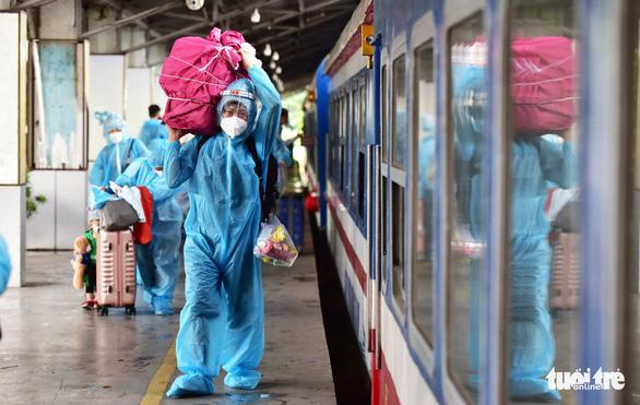 Hơn 400 người dân khó khăn được tỉnh Quảng Trị đón về quê đợt 2 bằng tàu hỏa - Ảnh 1.
