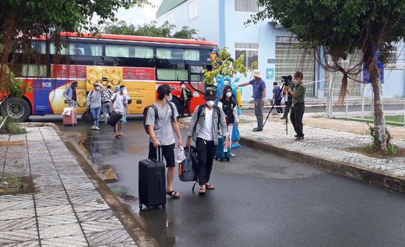 Đoàn xe 40 chiếc chở sinh viên, bà con Kiên Giang rời TP.HCM đã về tới khu cách ly - Ảnh 1.