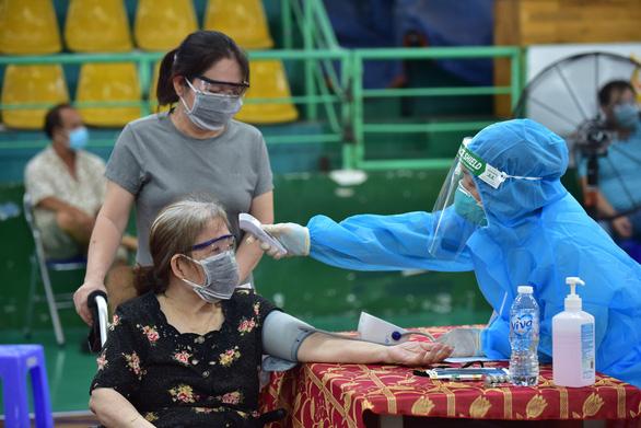 Được cấp thêm vắc xin, TP.HCM tăng tốc tiêm kỷ lục 310.342 liều/ngày - Ảnh 1.