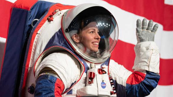 SpaceX muốn góp tay làm đồ phi hành gia cho NASA - Ảnh 1.