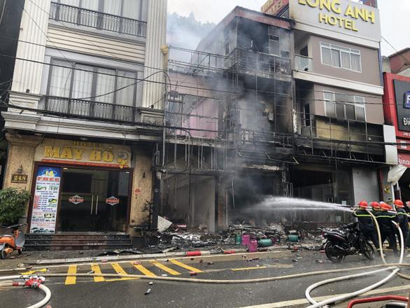Cháy lớn kèm nhiều tiếng nổ tại cửa hàng gas ở Sa Pa - Ảnh 1.