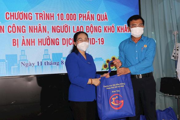 HĐND TP.HCM trao 10.000 phần quà cho công nhân, người lao động khó khăn - Ảnh 1.