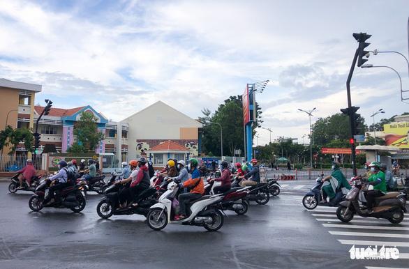 TP.HCM: Xe cộ đông đúc trở lại ở nhiều nơi - Ảnh 6.