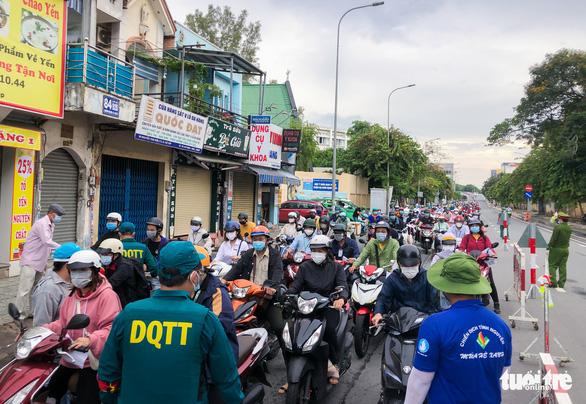 TP.HCM: Xe cộ đông đúc trở lại ở nhiều nơi - Ảnh 2.