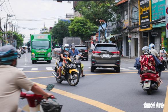 TP.HCM: Xe cộ đông đúc trở lại ở nhiều nơi - Ảnh 7.