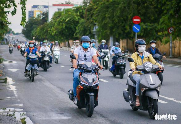 TP.HCM: Xe cộ đông đúc trở lại ở nhiều nơi - Ảnh 9.