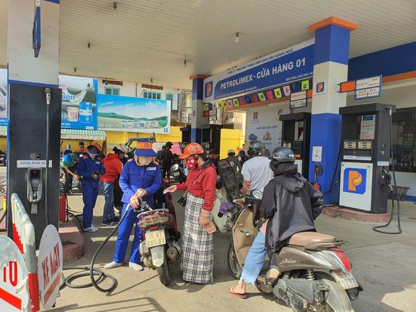 Petrolimex giảm 500 đồng/lít xăng dầu tại 23 địa phương giãn cách xã hội - Ảnh 1.