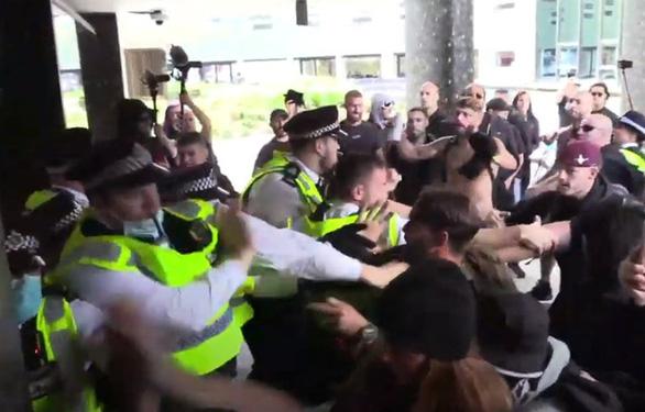 Người biểu tình ở Anh hô hào tấn công Đài BBC nhưng đến nhầm địa chỉ - Ảnh 1.