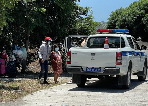 3 người đi xe máy về quê, test nhanh đều dương tính, cảnh sát hết lòng giúp thai phụ  - Ảnh 1.