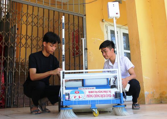 Sáng chế robot hỗ trợ bác sĩ chống dịch - Ảnh 1.