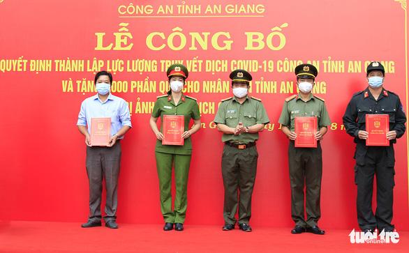 Công an An Giang ra mắt lực lượng truy vết dịch COVID-19, tặng 3.000 phần quà cho người nghèo - Ảnh 1.
