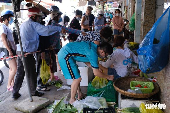 Sau tin hạn chế ra khỏi nhà nếu dịch không giảm, chợ và siêu thị ở Đà Nẵng chen chúc khách - Ảnh 5.