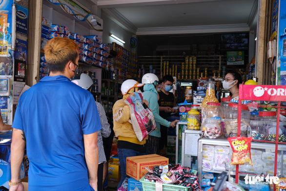 Sau tin hạn chế ra khỏi nhà nếu dịch không giảm, chợ và siêu thị ở Đà Nẵng chen chúc khách - Ảnh 6.