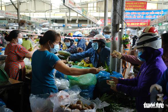 Sau tin hạn chế ra khỏi nhà nếu dịch không giảm, chợ và siêu thị ở Đà Nẵng chen chúc khách - Ảnh 7.
