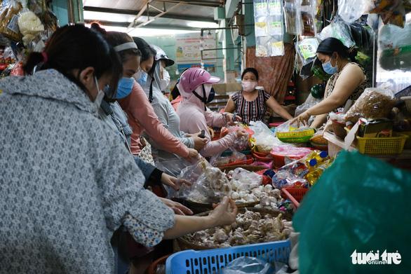 Sau tin hạn chế ra khỏi nhà nếu dịch không giảm, chợ và siêu thị ở Đà Nẵng chen chúc khách - Ảnh 8.