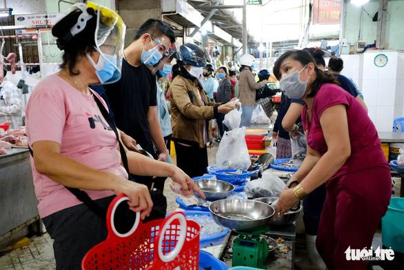 Sau tin hạn chế ra khỏi nhà nếu dịch không giảm, chợ và siêu thị ở Đà Nẵng chen chúc khách - Ảnh 9.