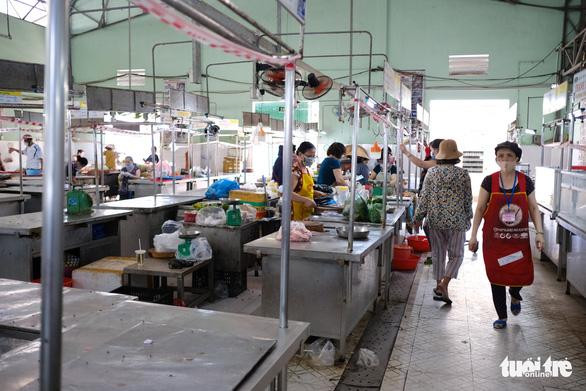 Sau tin hạn chế ra khỏi nhà nếu dịch không giảm, chợ và siêu thị ở Đà Nẵng chen chúc khách - Ảnh 10.