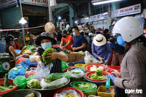 Sau tin hạn chế ra khỏi nhà nếu dịch không giảm, chợ và siêu thị ở Đà Nẵng chen chúc khách - Ảnh 2.