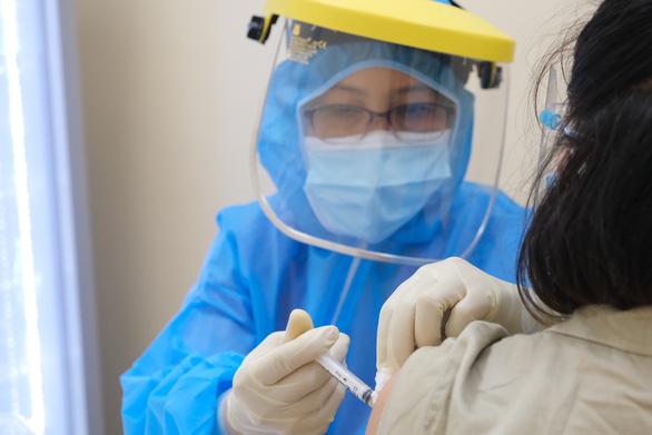 Tiêm vắc xin phòng COVID-19 cho thai phụ tại Bệnh viện Hùng Vương, TP.HCM - Ảnh 1.