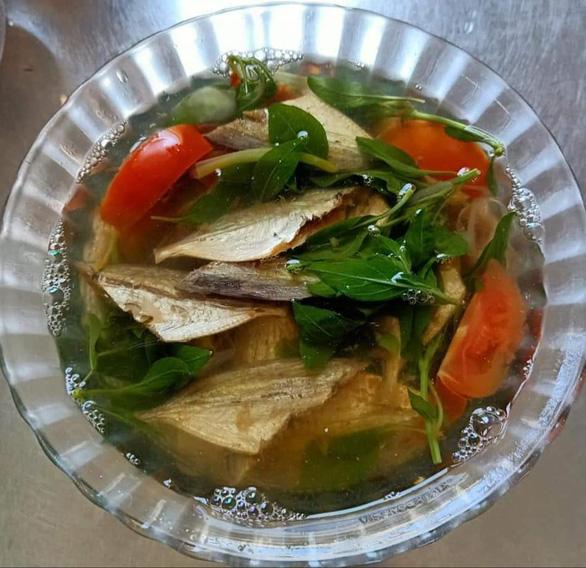 Lạ miệng với canh khô cá chỉ vàng nấu cà chua, lá quế - Ảnh 1.