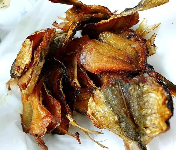 Lạ miệng với canh khô cá chỉ vàng nấu cà chua, lá quế - Ảnh 2.