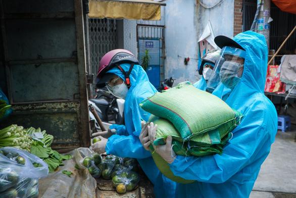 'Hiệp sĩ' Trần Văn Hoàng rong ruổi tặng quà cho bà con lao động nghèo - Ảnh 3.