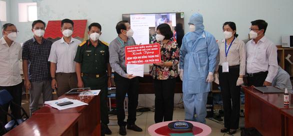 Đoàn đại biểu Quốc hội TP.HCM thăm, tặng quà cho y bác sĩ và các bệnh nhi đang điều trị COVID-19 - Ảnh 1.