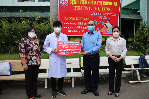 Đoàn đại biểu Quốc hội TP.HCM thăm, tặng quà cho y bác sĩ và các bệnh nhi đang điều trị COVID-19 - Ảnh 2.