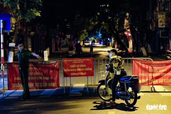Một đoạn phố Đội Cấn, Hà Nội bị phong tỏa vì liên quan 16 ca COVID-19 - Ảnh 5.