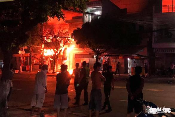 Công an An Giang cứu 5 người khỏi đám cháy lúc rạng sáng - Ảnh 1.