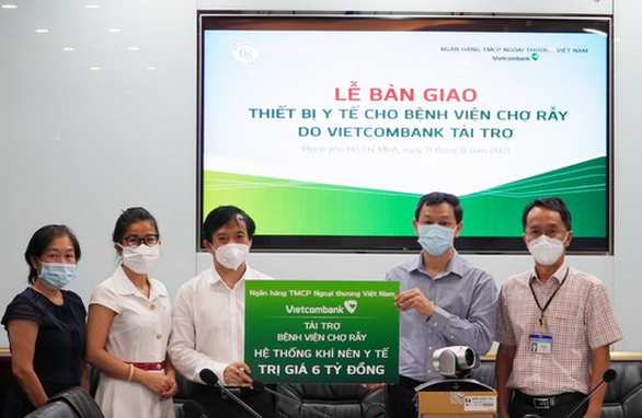 Vietcombank tặng trang thiết bị y tế cho 2 bệnh viện tuyến đầu của TP.HCM - Ảnh 1.