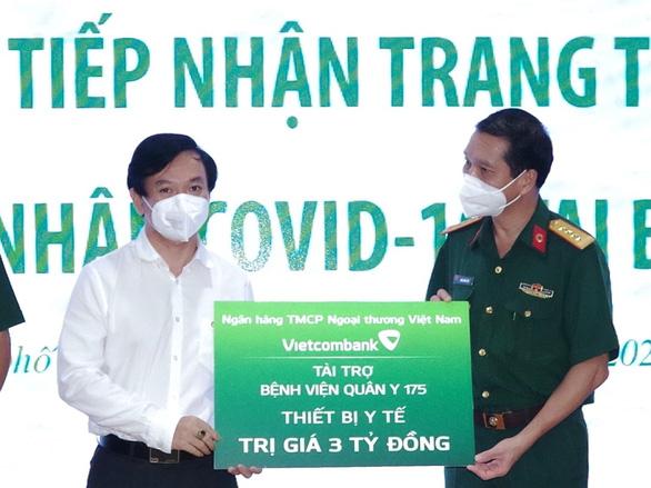 Vietcombank tặng trang thiết bị y tế cho 2 bệnh viện tuyến đầu của TP.HCM - Ảnh 2.