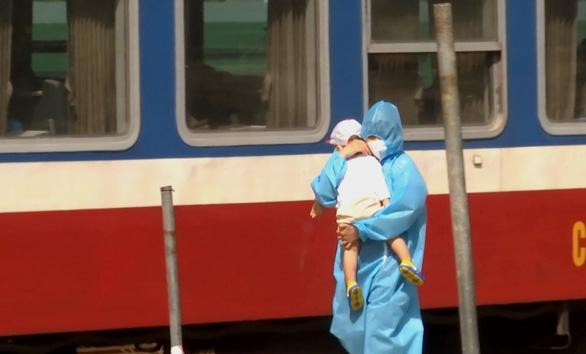 Quảng Trị hỗ trợ 15.000 người bị kẹt lại các tỉnh phía Nam 1 triệu đồng/người - Ảnh 1.