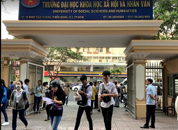 Thí sinh gặp khó khi nộp hồ sơ xác nhận nhập học đại học qua bưu điện - Ảnh 1.