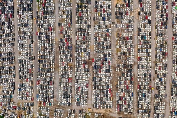 Nghĩa địa chi chít xe hơi sau mưa lũ ở Trung Quốc - Ảnh 1.