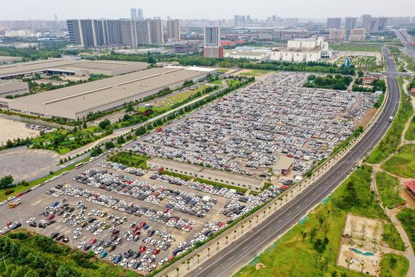 Nghĩa địa chi chít xe hơi sau mưa lũ ở Trung Quốc - Ảnh 3.