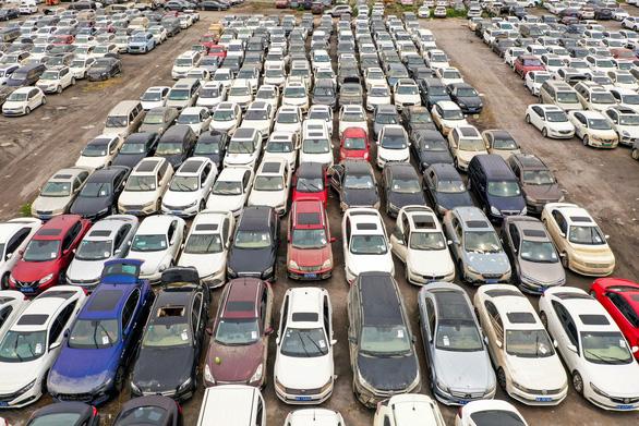Nghĩa địa chi chít xe hơi sau mưa lũ ở Trung Quốc - Ảnh 2.