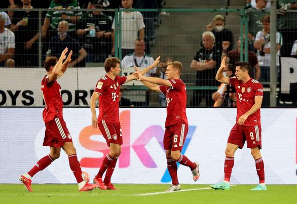 Lewandowski cứu ĐKVĐ Bayern Munich khỏi thất bại ở trận ra quân tại Bundesliga - Ảnh 2.