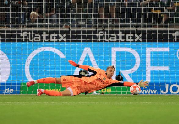 Lewandowski cứu ĐKVĐ Bayern Munich khỏi thất bại ở trận ra quân tại Bundesliga - Ảnh 3.