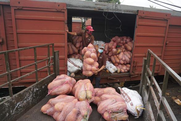 300 tấn hàng tỉnh Hòa Bình gửi đã tới, xe chở hàng phân phối ngay tới người dân - Ảnh 3.