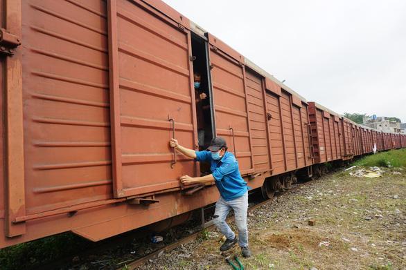 300 tấn hàng tỉnh Hòa Bình gửi đã tới, xe chở hàng phân phối ngay tới người dân - Ảnh 1.