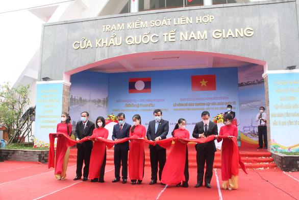 Khai trương cặp cửa khẩu quốc tế Nam Giang - Đắc Tà Oọc - Ảnh 1.