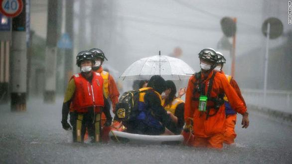 5 triệu dân Nhật phải sơ tán vì mưa như trút nước - Ảnh 1.