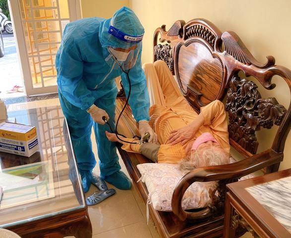 Quận Tân Bình và Tân Phú tiêm vắc xin COVID-19 tại nhà cho dân - Ảnh 2.